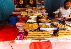 Marché en plein air de bonbons à nourriture dans l'Inde 2016 vrindavan Images libres de droits