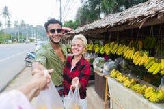 Marché en plein air de fruits d'Asiatique de couples achetant des vacances exotiques de touristes de nourriture fraîche, de jeune Image libre de droits
