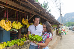 Marché en plein air de fruits d'Asiatique de couples achetant des vacances exotiques de touristes de nourriture fraîche, de jeune Photographie stock