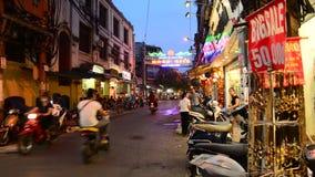 Marché en plein air de marche la nuit à Hanoï - à Hanoï Vietnam banque de vidéos