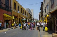 Marché en plein air de soirée du Nouveau an sur une rue de vieille ville de ville de Lima Photo stock