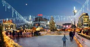 Marché en plein air et piste de patinage traditionnels de glace dans la place principale du marché Image libre de droits