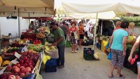 Marché en plein air hebdomadaire de fruits et légumes, Grèce banque de vidéos