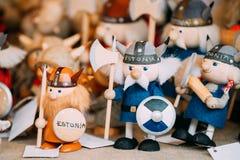 Marché estonien en bois national folklorique ethnique de Viking Dolls Toys At European de souvenirs de Popuar Images stock