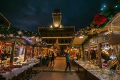 Marché et arbre de Noël la nuit au centre historique du village médiéval de Montepulciano Photos stock