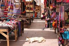 Marché extérieur tranquille dans Cusco, Pérou Photographie stock libre de droits