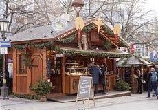 Marché Munich, Allemagne - pause de Noël de casse-croûte entre les achats photographie stock libre de droits