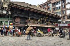 Marché occupé d'Asan Tole avec des travailleurs, des gens du pays et des touristes, Indra Chowk, Katmandou Népal Images stock