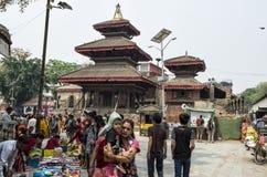 Marché occupé d'Asan Tole avec des travailleurs, des gens du pays et des touristes, Indra Chowk, Katmandou Népal Image stock