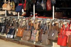 Marché pour des sacs à main et des bourses sur la rue Imitation des sacs de marque Main de dames marquée par faux Images libres de droits