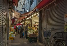 Marché traditionnel dans Koenji, Japon image stock