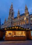 Marché traditionnel de Noël devant hôtel de ville à Vienne Image libre de droits
