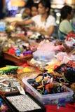 Marchés en plein air indiens occupés vendant des accessoires images libres de droits