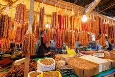 Marché avec les produits frais du ` s d'agriculteur et beaucoup Churchkhela - sucrerie géorgienne traditionnelle de raisin Image stock