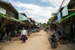 March? birman de Nyaung-U, avec des stalles vendant diff?rents articles, pr?s de Bagan, Myanmar photo libre de droits