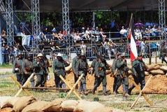 Marcha alemana de los soldados con una bandera Fotografía de archivo libre de regalías