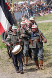 Marcha alemana de los soldados debajo de la bandera alemana Foto de archivo libre de regalías