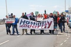Marcha anti de la austeridad de Hastings, Inglaterra Fotografía de archivo