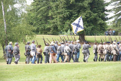 Marcha confederada dos reenactors da guerra civil fotografia de stock