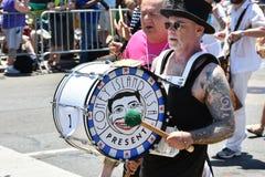 Marcha de Dick Zigun en el 34to desfile anual de la sirena en Coney Island Imágenes de archivo libres de regalías