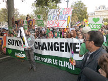 Marcha de la calle en París Imágenes de archivo libres de regalías