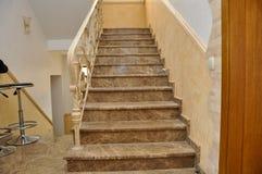 Marcha de la escalera, con pasos del mármol italiano foto de archivo