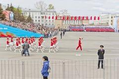 Marcha de la orquesta de las mujeres en el desfile en Victory Day anual Imagen de archivo