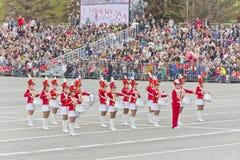 Marcha de la orquesta de las mujeres en el desfile en Victory Day anual Imagenes de archivo