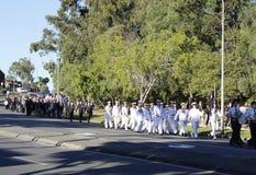 Marcha de los cavadores en los suburbios centenarios Anzac Day March Foto de archivo