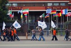 Marcha de los estudiantes con las banderas coloridas Fotografía de archivo libre de regalías