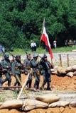 Marcha de los soldados con una bandera alemana Imagenes de archivo