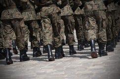 Marcha de los soldados en la formación Imagen de archivo libre de regalías