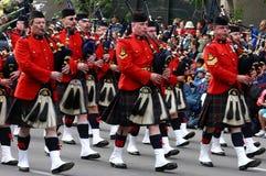 Marcha dos jogadores do Bagpipe de Kilted Fotografia de Stock Royalty Free