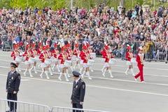 Marcha militar rusa de la orquesta de las mujeres en el desfile en V anual Imagenes de archivo