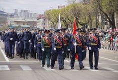 Marcha militar a trav?s de la ciudad imagen de archivo