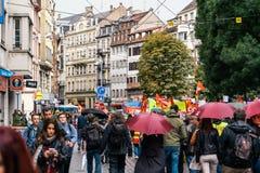 Marcha política de la calle francesa grande de la muchedumbre durante una nación francesa Foto de archivo libre de regalías