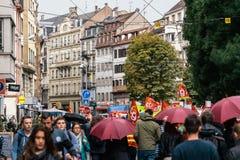 Marcha política de la calle francesa grande de la muchedumbre durante una nación francesa Fotos de archivo libres de regalías