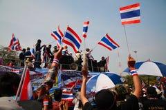 Marcha tailandesa de los manifestantes a la casa del gobierno Fotografía de archivo libre de regalías
