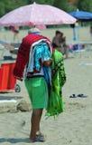 Marchand ambulant africain des feuilles et des serviettes Image stock