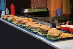 Marchand ambulant d'hamburger et de pommes chips Image stock