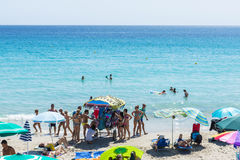 Marchand ambulant de maillot de bain sur une plage en Sardaigne, Italie Photos libres de droits