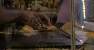 Marchand ambulant faisant cuire le dessert Kanom Buang à Bangkok, Thaïlande banque de vidéos
