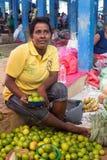 Marchand ambulant local vendant des citrons Photo stock