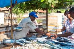 Marchand ambulant local vendant des poissons Photo stock