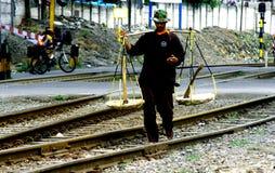 Marchand ambulant sur le chemin de fer dans Java, Indonésie Photographie stock libre de droits