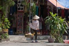 Marchand ambulant typique en Hoi An, Vietnam Photographie stock