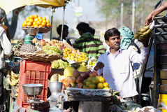Marchand ambulant vendant le fruit à un marché à Âgrâ, Inde Photographie stock libre de droits