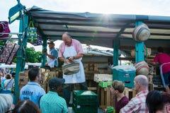 Marchand de légumes à la vieille poissonnerie par le port à Hambourg, Allemagne Images stock