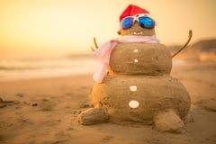 Marchand de sable de Santa Snowman sur la plage Photographie stock libre de droits