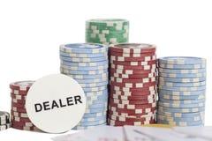 Marchand de tisonnier et pile de jetons de poker sur le blanc Photos stock